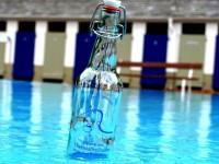 Leere Flasche mit dem Logo des Födervereines drauf