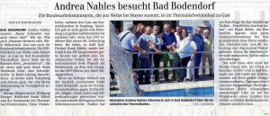 Andrea Nahles am Beckenrand des Thermalfreibades