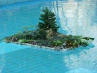Festlicher kleiner Weihnachtsbaum im Schwimmbecken des Thermalfreibades